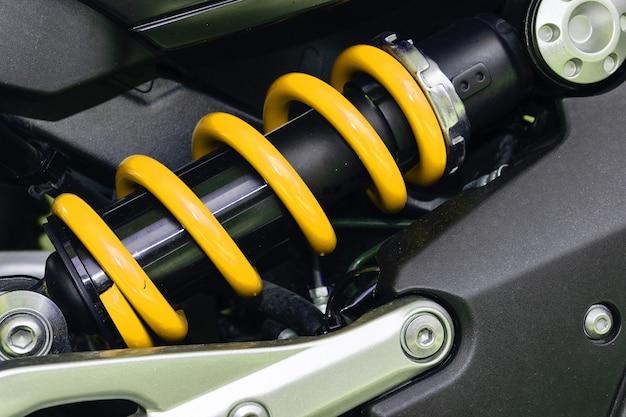 Urządzenie do pochłaniania wstrząsów i wibracji, zwłaszcza w pojeździe mechanicznym.