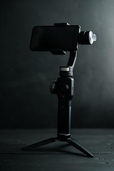 Urządzenie do stabilizacji obrazu podczas robienia zdjęć i filmów smartfonem na czarnym tle