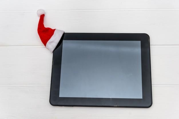Urządzenie elektroniczne jako prezent noworoczny na drewnianym biurku