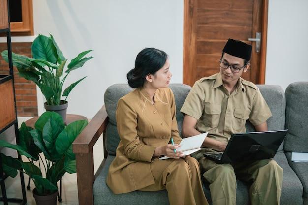 Urzędnicy państwowi lub pracownicy rządowi na spotkaniu z kolegą
