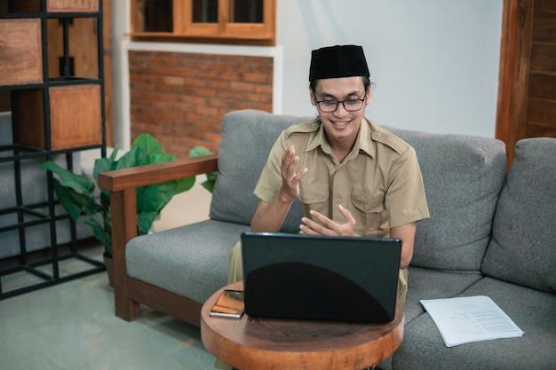 Urzędnicy państwowi lub pracownicy rządowi odbywają spotkanie za pośrednictwem rozmowy online online