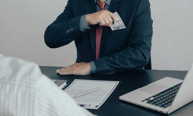Urzędnicy państwowi otrzymują łapówki od biznesmena koncepcja korupcji anty przekupstwa