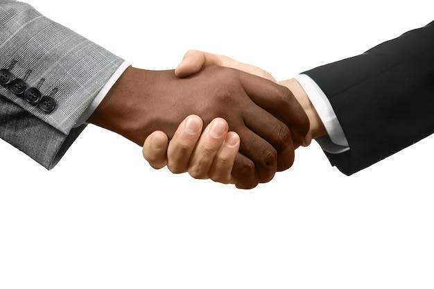 Urzędnicy podają sobie ręce. nowy początek. razem wygrywamy. równość i tolerancja.