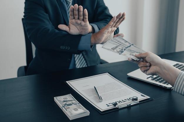 Urzędnicy rządowi podnoszą rękę, odmawiając przyjęcia pieniędzy na łapówki od biznesmena koncepcji korupcji i przeciwdziałania łapówkarstwu.