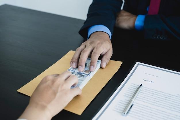 Urzędnicy rządowi wręczają pieniądze na łapówki od biznesmena koncepcja przeciwdziałania przekupstwu