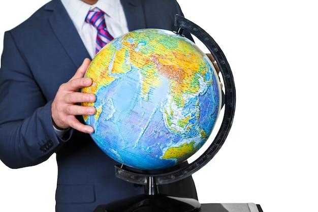 Urzędnik trzyma globus. dotykając planety. ręka uczonego. zakręć światem.