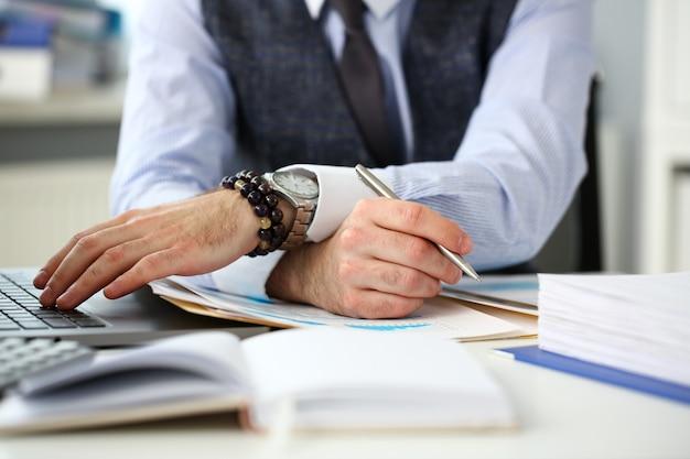 Urzędnik w pracy biurowej ze srebrnym piórem