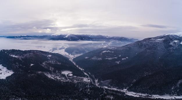 Urzekający widok pięknych górskich klifów