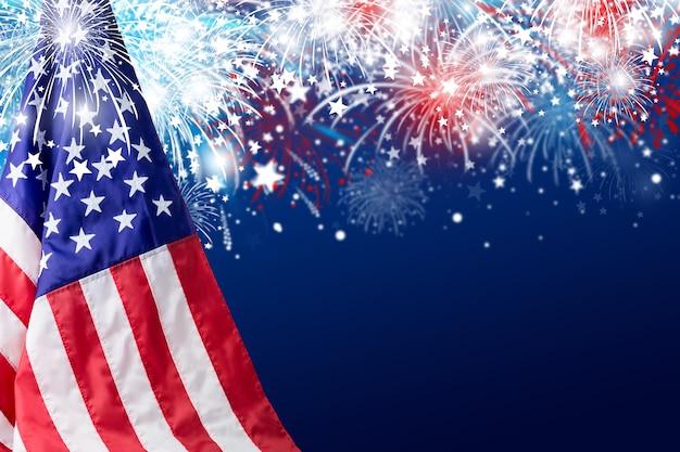 Usa 4 lipca dzień niepodległości projekt flagi amerykańskiej z fajerwerkami w tle