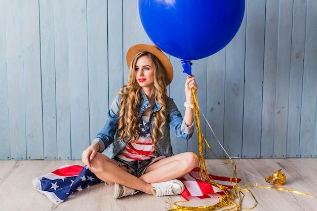 Usa dnia niepodległości pojęcie z siedzącą kobietą z balonem