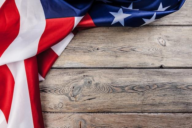 Usa flaga na lekkim drewnianym stołowym tła zakończenia kopii kopii przestrzeni up