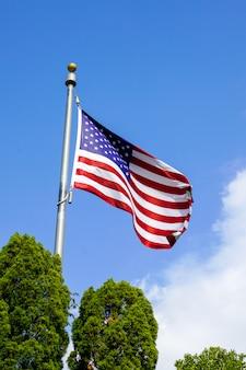 Usa flaga na niebieskim niebie