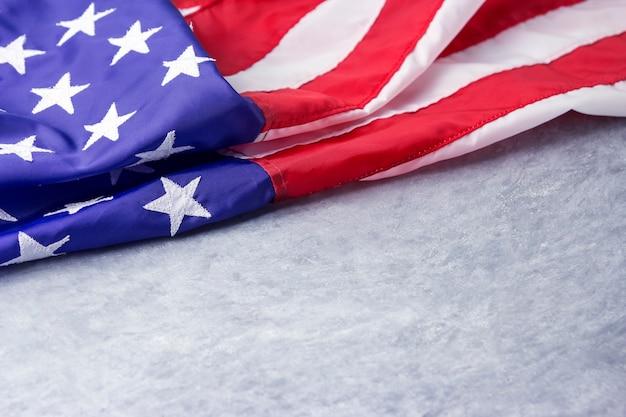 Usa lub flaga amerykańska na cementowym tle z kopii przestrzenią
