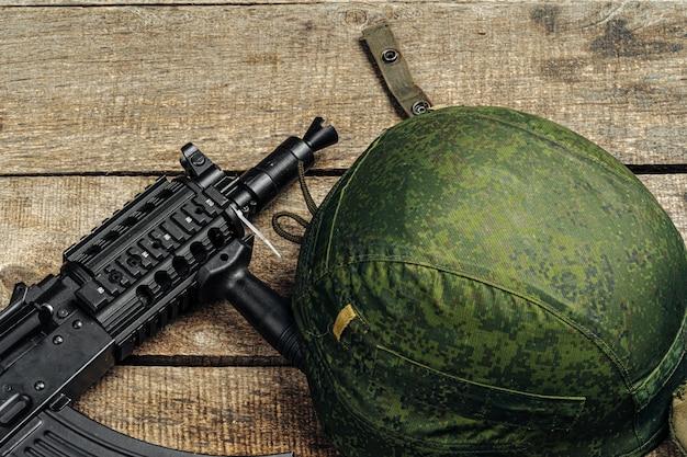 Usa militarny hełm na drewnianym tła zakończeniu up