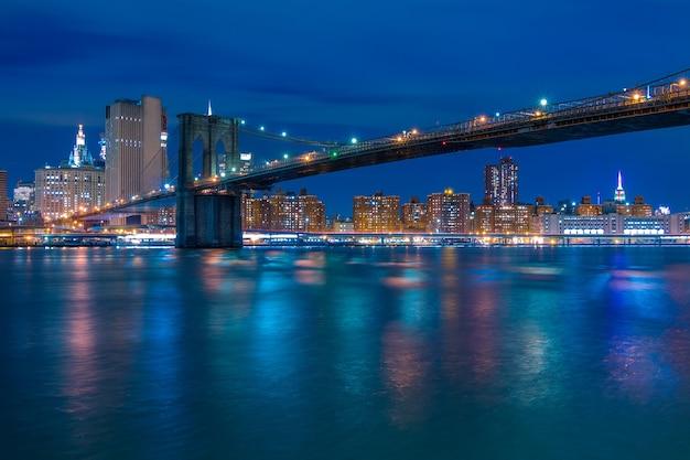 Usa. nowy jork. noc. most brookliński i nocne nabrzeże manhattanu