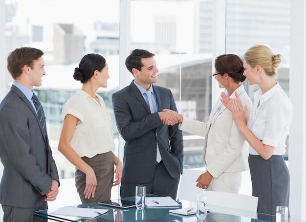 Uścisk dłoni, aby uszczelnić ofertę po spotkaniu rekrutacji