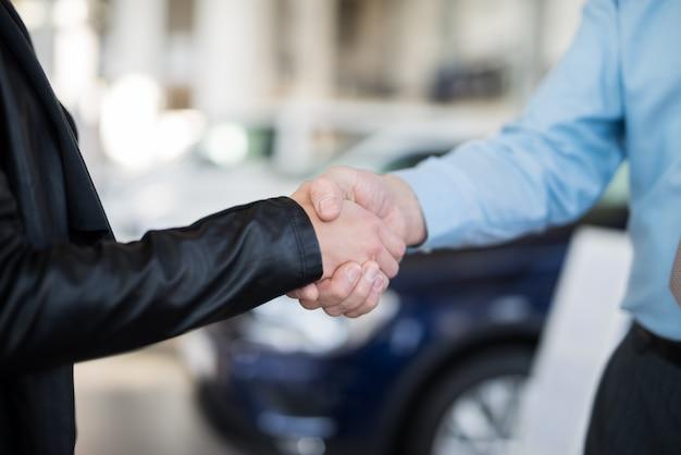 Uścisk dłoni, aby zamknąć umowę na nowy samochód