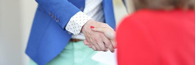 Uścisk dłoni biznesmena i businesswoman komunikacji biznesowej i negocjacji
