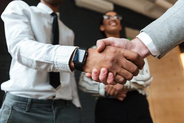 Uścisk dłoni biznesmenów