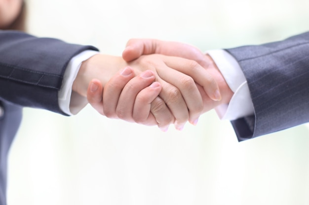 Uścisk dłoni dwóch biznesmenów, uzgodniony w umowie, zbliżenie. na białym tle na białym tle.