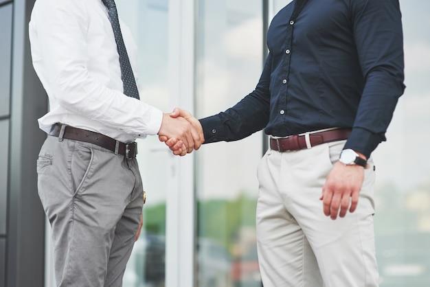 Uścisk dłoni dwóch mężczyzn. udane kontakty biznesowe po dobrej transakcji.