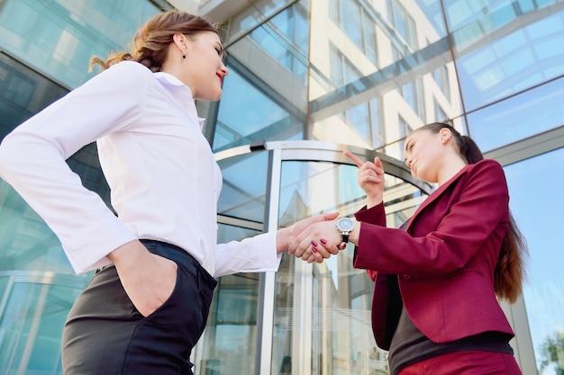 Uścisk dłoni dwóch młodych dziewcząt