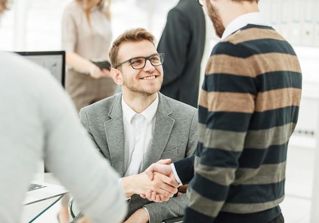 Uścisk dłoni kolegom z zespołu biznesowego w pobliżu miejsca pracy