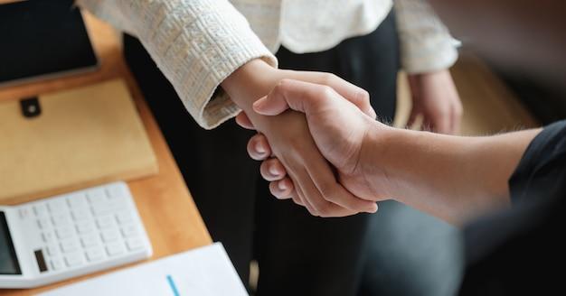 Uścisk dłoni ludzi biznesu do pracy zespołowej przy fuzji i przejęciach przedsiębiorstw