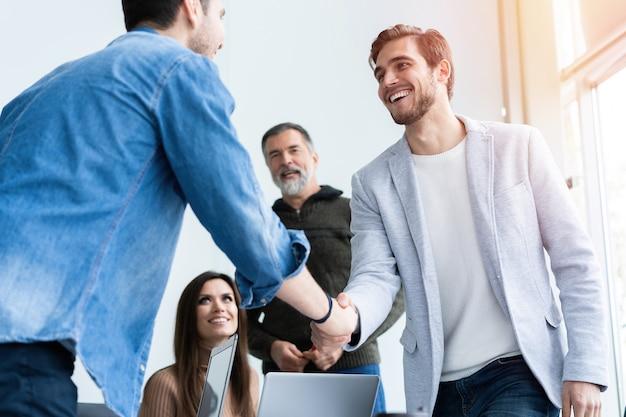 Uścisk dłoni ludzi biznesu, kończący spotkanie. uścisk dłoni
