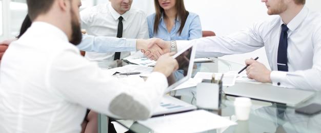 Uścisk dłoni ludzi biznesu na spotkaniu roboczym.