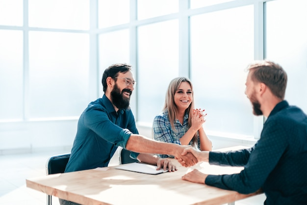 Uścisk dłoni ludzi biznesu podczas rozmowy kwalifikacyjnej