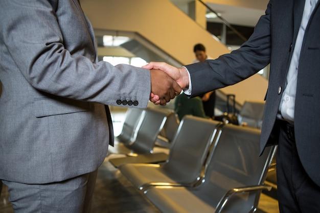 Uścisk dłoni ludzi biznesu