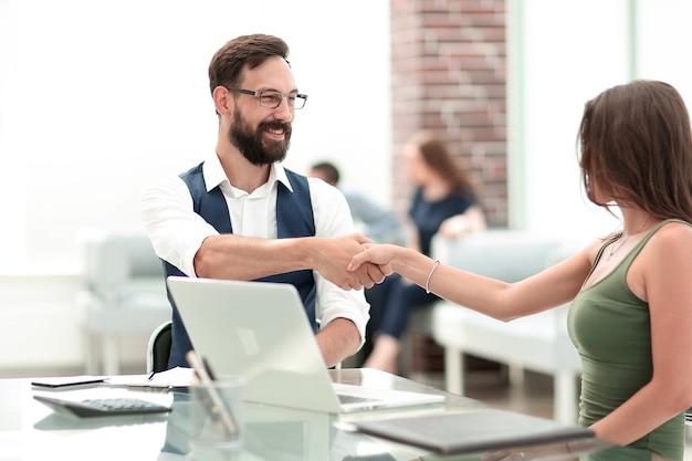 Uścisk dłoni managera i klienta przy desk.koncepcja partnerstwa