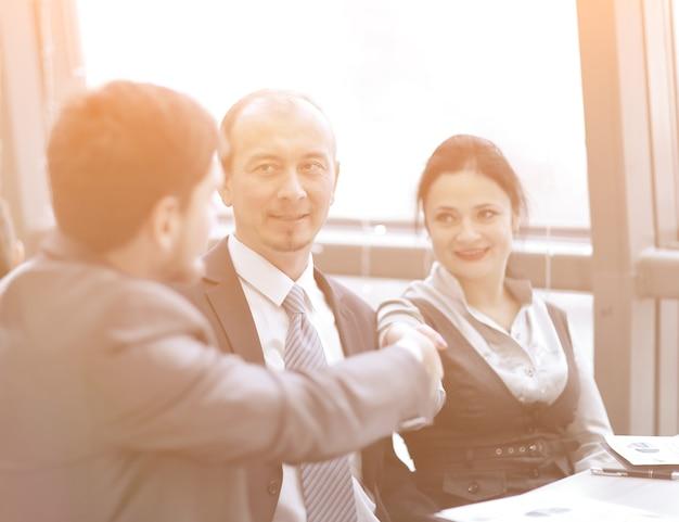 Uścisk dłoni między biznesmenem a kobietą biznesu