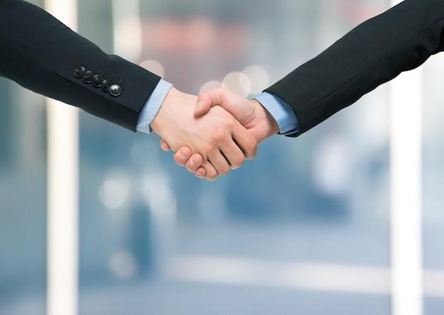 Uścisk dłoni między ludźmi biznesu