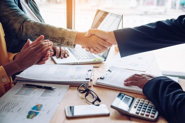 Uścisk dłoni między przedsiębiorcami joint venture po dobrym zarządzaniu i dobrej koncepcji