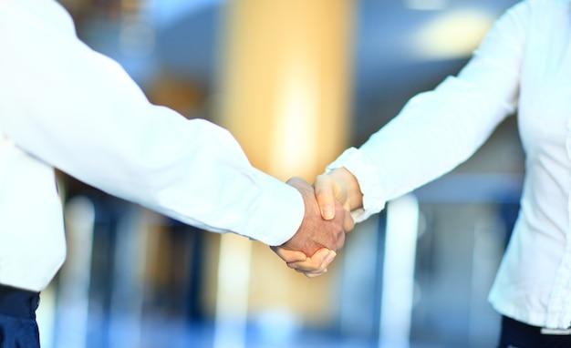 Uścisk dłoni na białym tle na tle biznesowym