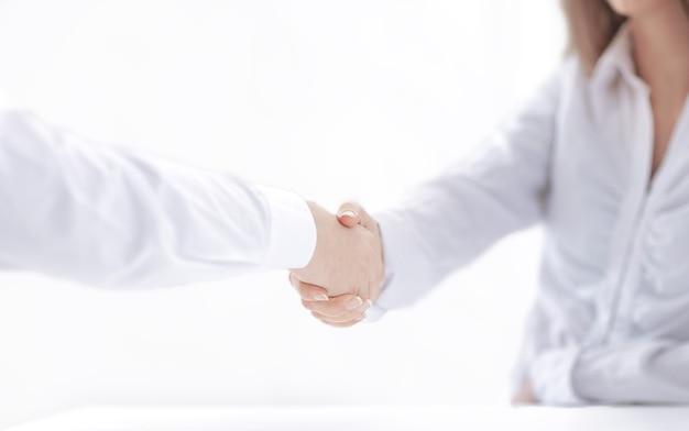 Uścisk dłoni partnerów biznesowych.