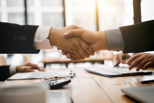 Uścisk dłoni po wyrażeniu zgody na partnera importującego produkt.