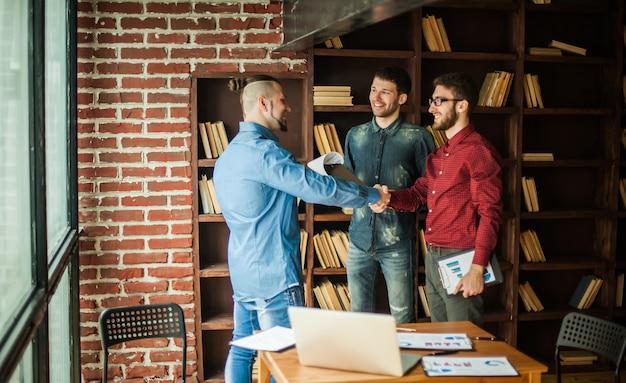 Uścisk dłoni podczas spotkania z menadżerem i klientem w biurze