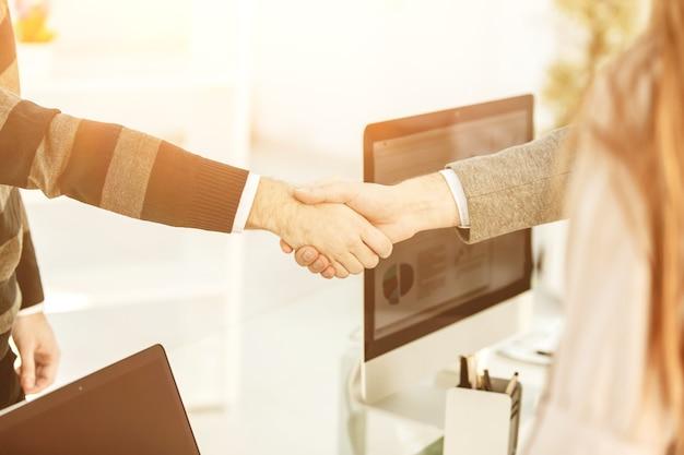 Uścisk dłoni pomiędzy klientem a kierownikiem firmy