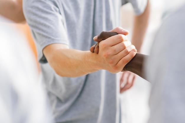 Uścisk dłoni studentów na forum międzynarodowym