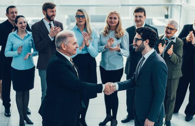 Uścisk dłoni szczęśliwy partnerów biznesowych