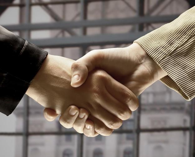 Uścisk dłoni w biurze, zawarcie umowy.