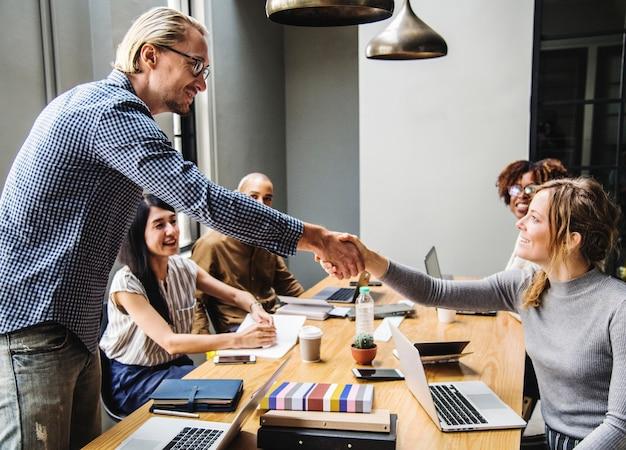 Uścisk dłoni w porozumieniu ludzi biznesu