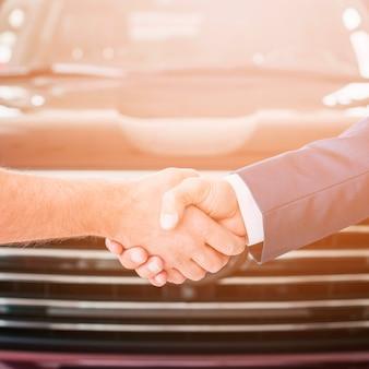 Uścisk dłoni w salonie samochodowym