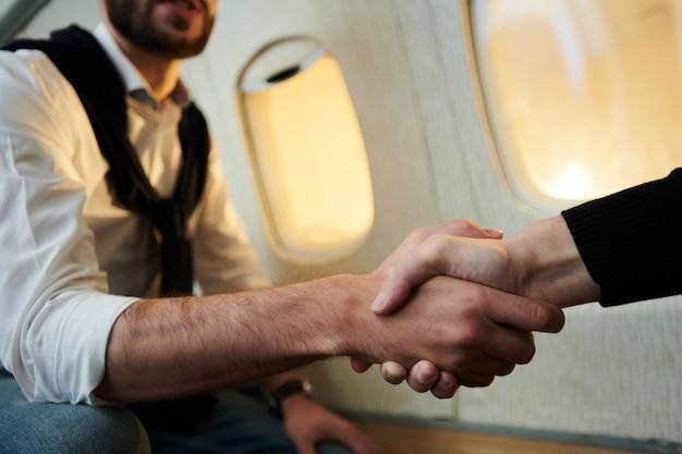 Uścisk dłoni w samolocie
