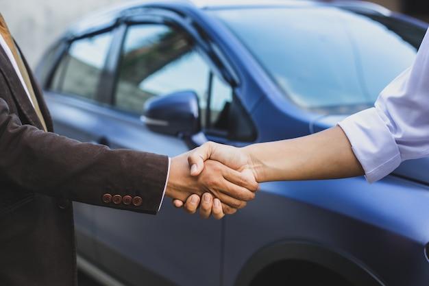 Uścisk dłoni w sprawie zakupu samochodu