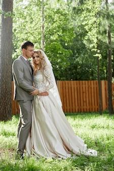 Uścisk panny młodej i pana młodego, piękny ślub w przyrodzie. kochająca młoda para