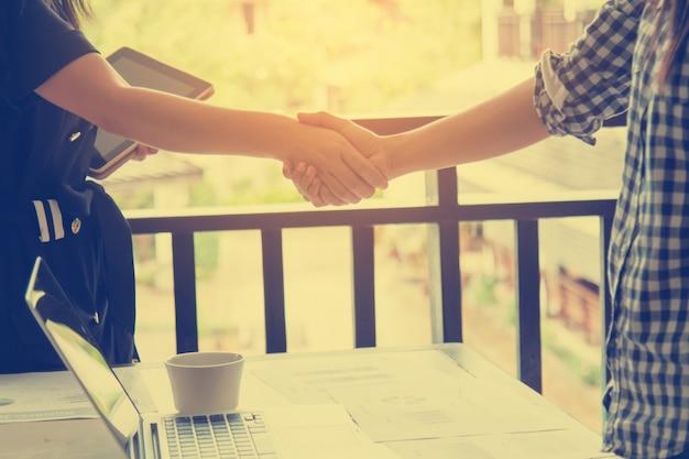 Uścisnąć rękę do sukcesu